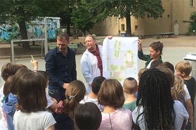 """Ausstellungseröffnung """"Kinder planen ihren Schulhof"""" (Foto: S.T.E.R.N GmbH)"""