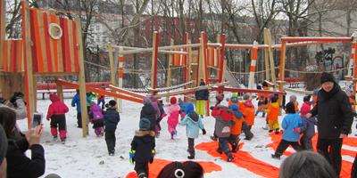 Der Pankower Bezirksstadtrat Jens-Holger Kirchner eröffnet zusammen mit den Kindern die Spielplätze im Gleimviertel (Prenzlauer Berg)