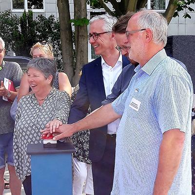 Senatorin Lompscher, Baustadtrat Schmidt, Herr Simon (Berliner Wasserbetriebe) und Herr Schädel (Grünflächenamt Friedrichshain-Kreuzberg) eröffenen gemeinsam die Brunnenanlage